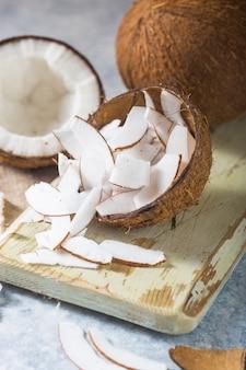 Rachado coco fresco e porca fatia sobre fundo de concreto, espaço para texto ingredientes alimentares, estilo de vida saudável, paraíso