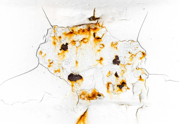 Rachado e peeling de tinta de cor branca em aço com textura enferrujada e fundo
