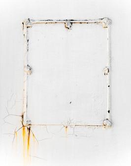 Rachado e peeling de tinta de cor branca em estrutura de aço com textura enferrujada e fundo