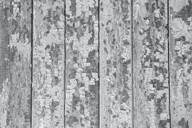 Rachadura e descascamento de tinta azul em uma parede