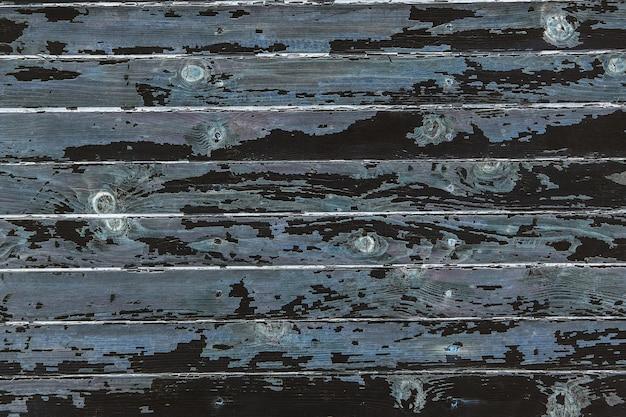Rachadura e pintura descascando em uma parede