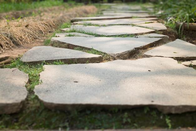 Rachadura na superfície de concreto ao ar livre cinza