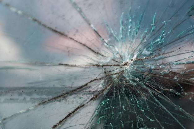 Rachadura no pára-brisa do vidro do carro.