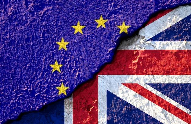 Rachadura quebrada da bandeira da ue e bandeira britânica