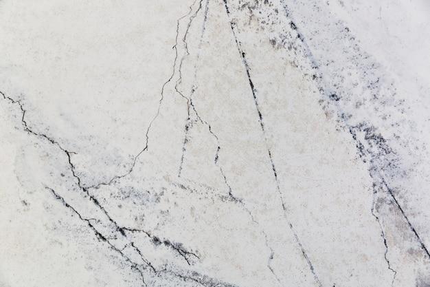 Rachaduras na superfície da parede de cimento