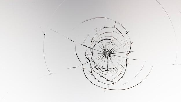 Rachaduras no vidro em uma superfície branca