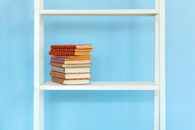 Rack de metal branco com livros