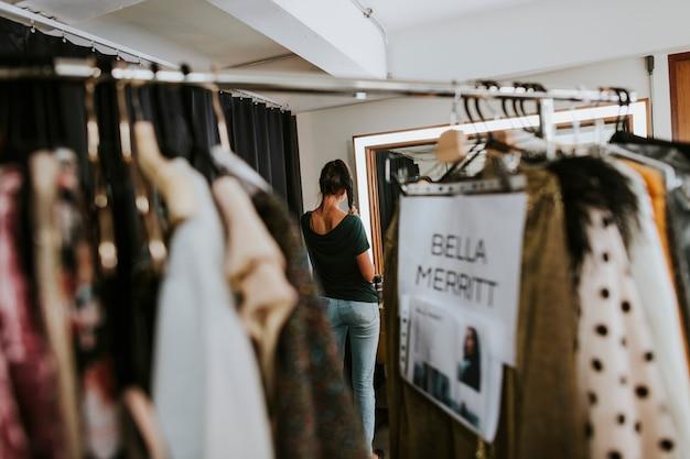 Rack de roupas com roupas selecionadas