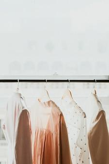 Rack de roupas em um estúdio