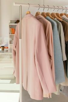 Rack de roupas na loja