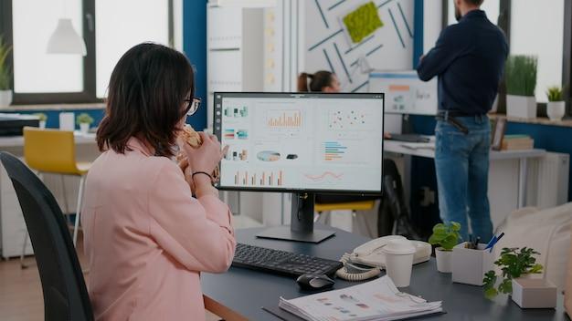 Racks se concentram em empresários que trabalham em estatísticas financeiras, fazendo intervalo para refeição durante a hora do almoço para viagem