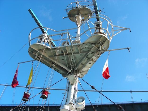 Radar de antena girando no navio. comunicação no navio