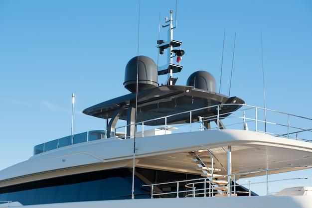 Radar e equipamento de navegação em um iate a motor