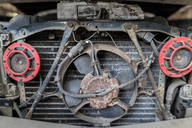 Radiador de carro velho com chifre