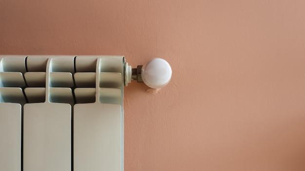 Radiador dentro de casa, lugar para texto. a eficiência do aquecimento no inverno.