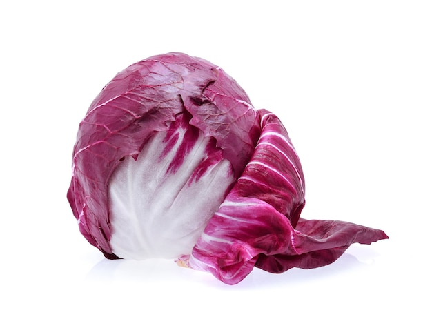 Radicchio, salada vermelha isolada no branco