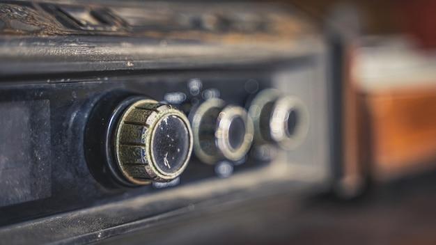Rádio antigo com botões de ajuste