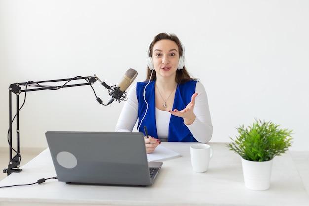 Rádio, blog, conceito de transmissão - uma dj está trabalhando no rádio
