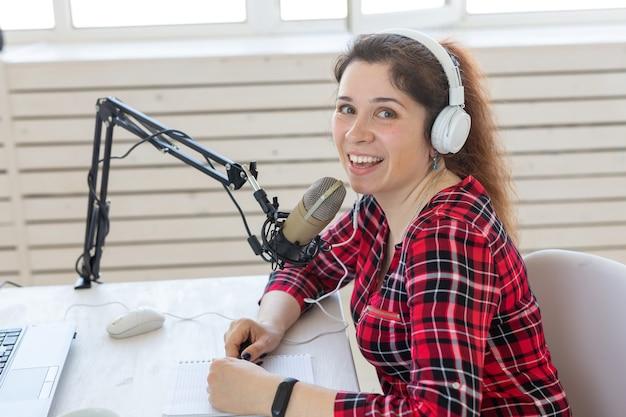 Rádio, blogging, conceito de podcasting - apresentadora de close-up no rádio