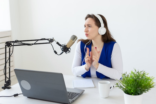 Rádio, blogging, conceito de podcasting - jovem trabalhando como dj no rádio.