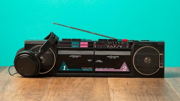 Rádio cassete e fones de ouvido pretos