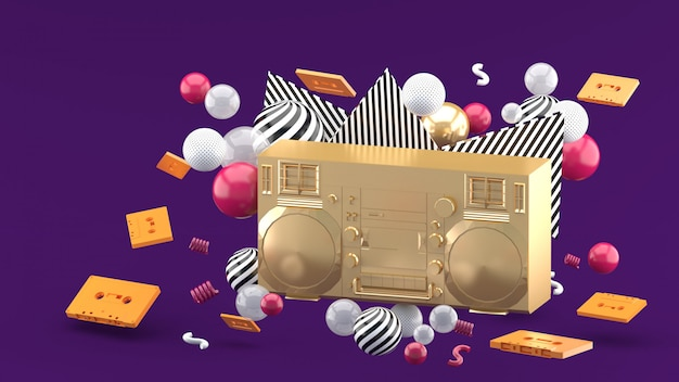 Rádio dourado entre bolas coloridas no roxo. 3d rendem