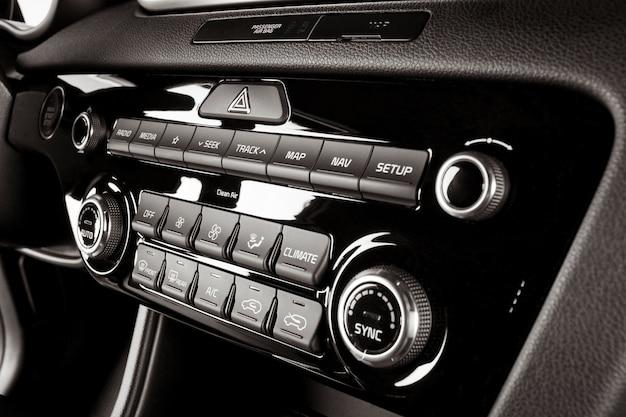 Rádio e sistema de ar condicionado dentro de um carro novo