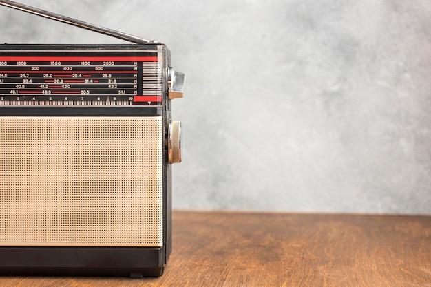 Rádio retrô com espaço de cópia de antena