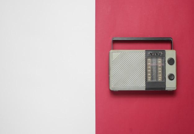 Rádio retrô em uma mesa vermelho-cinza. vista do topo. copie o espaço