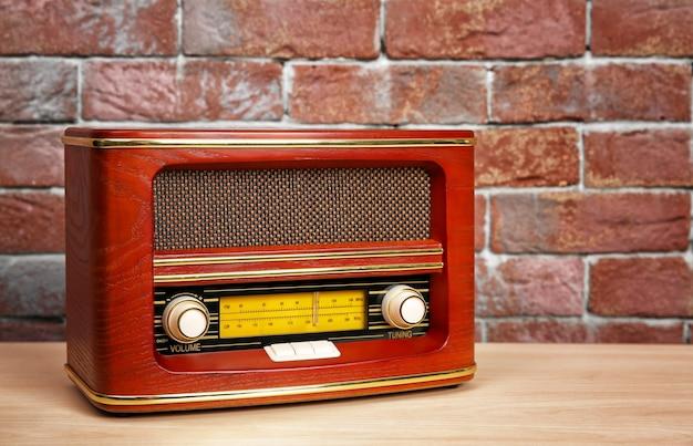 Rádio retrô na mesa