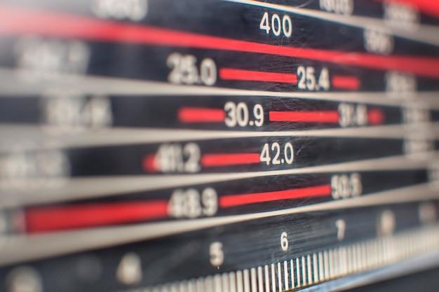 Rádio vintage analógico desfocado em close-up