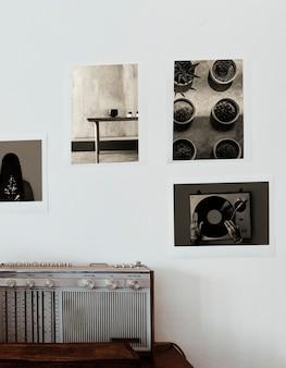 Rádio vintage e pôsteres de fotografia vintage na parede