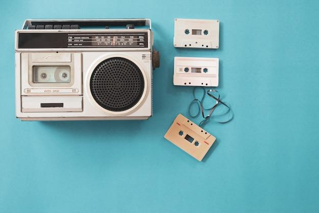 Rádio vintage e toca-fitas em fundo azul