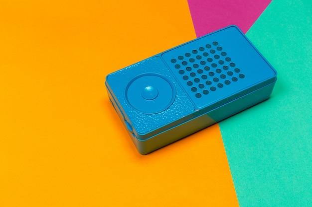 Rádio vintage em laranja e verde.