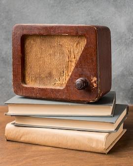 Rádio vintage na vista frontal dos livros