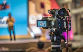 Radiodifusão de jornalista de vídeo digital de câmera