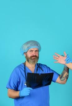 Radiografia do médico do sexo masculino com foto do raio x de mãos médico médico raio x ossos raio x ossos médico com