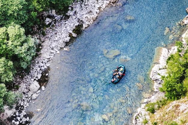 Rafting ao longo do rio tara, vista de cima