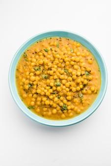 Ragda é o curry indiano feito com ervilhas brancas secas servidas em uma tigela. é curry saboroso, ligeiramente picante e picante, geralmente servido com uma costeleta de batata chamada pattice