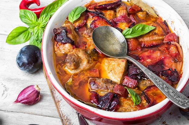 Ragu de carne em molho de ameixa