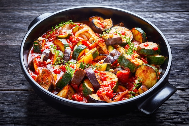 Ragu de vegetais em um prato de cerâmica preta