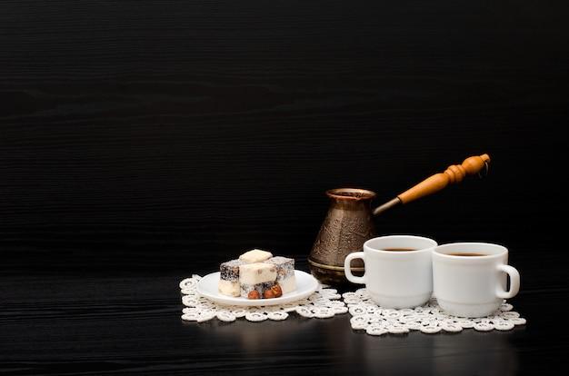 Rahat lokum e duas xícaras de café em guardanapos brancos. espaço para texto