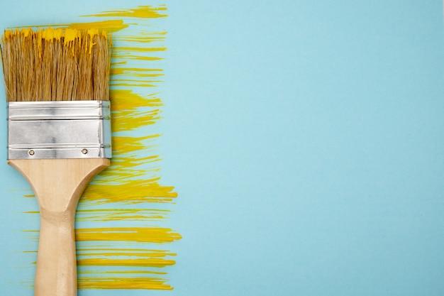 Raia amarela de tinta e pincel sobre fundo azul
