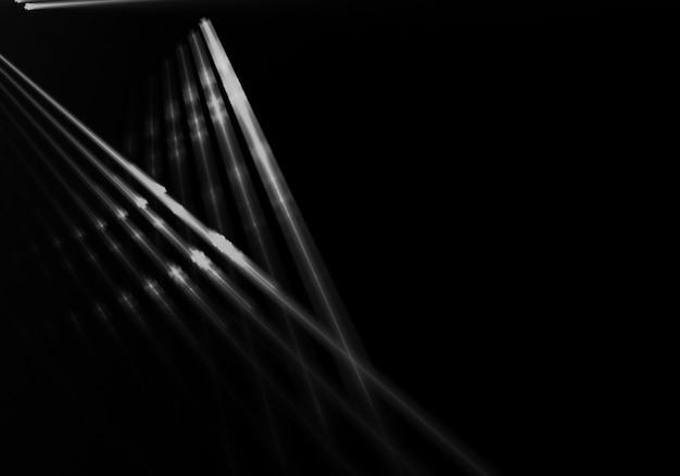 Raias de luz no fundo preto