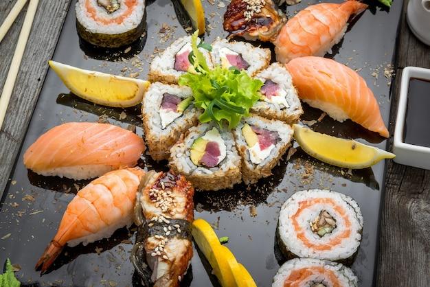 Rainbow sushi roll com salmão, enguia, atum, abacate, camarão real, cream cheese philadelphia, caviar tobica, chuka. menu de sushi. comida japonesa.