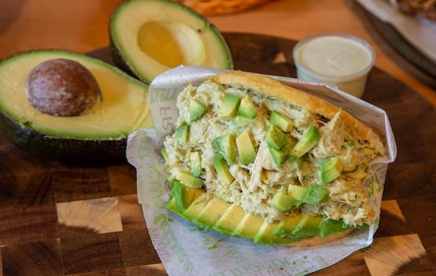 Rainha arepa, pão de milho com frango e abacate