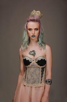 Rainha. coloração de cabelo profissional. retrato de uma menina bonita. conceito de fantasia