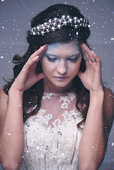 Rainha da neve estressada gesticulando entre neve caindo