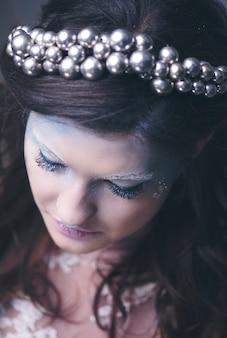 Rainha da neve preocupada e zangada com uma coroa na cabeça