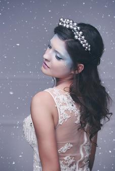 Rainha do gelo em paisagem de inverno